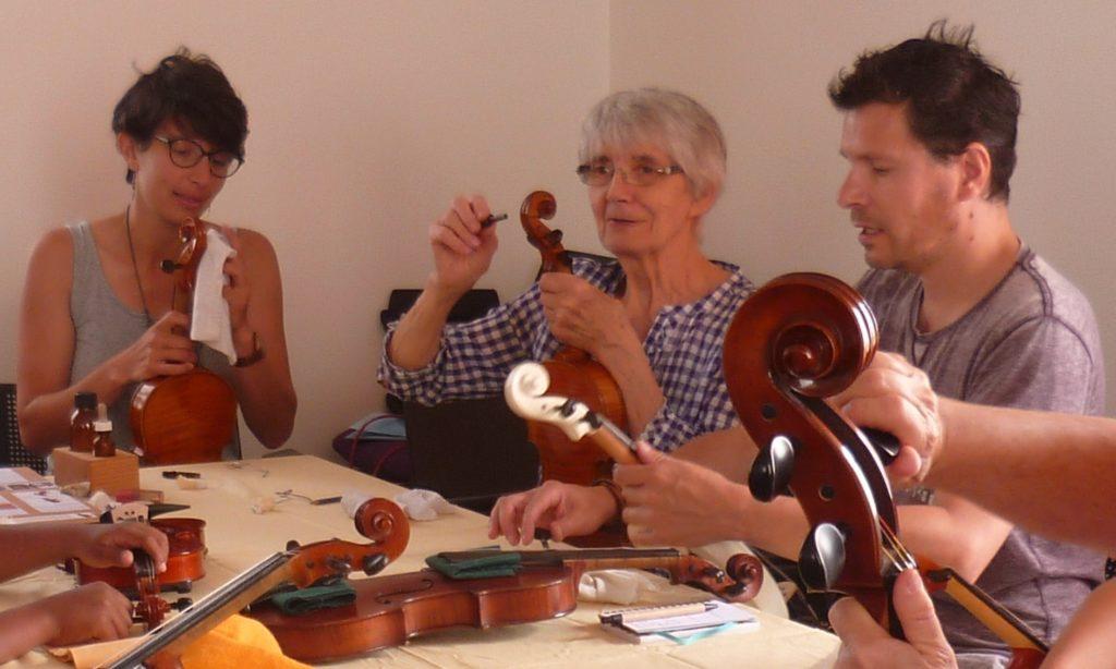 musiciens apprenant à changer une corde