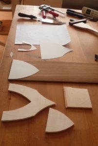 boite à musique en cours de fabrication, planchettes découpées selon le modèle